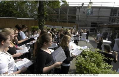 13 Chorkonzert zum Richtfest der Paul-Dessau-Schule Zeuthen 18. 05. 2011.png